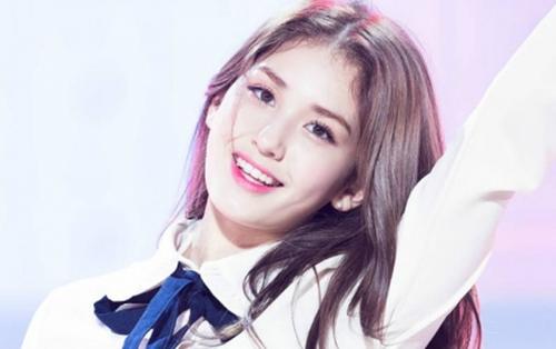 'Thiên thần lai' Jeon Somi đặt bút kí hợp đồng cùng công ty con của YG