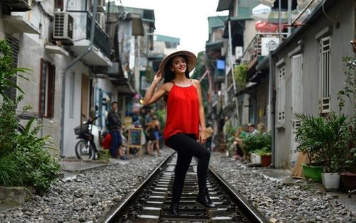 Đường sắt nằm sát khu dân cư ở Hà Nội bất ngờ 'hot' trên mặt báo nước ngoài