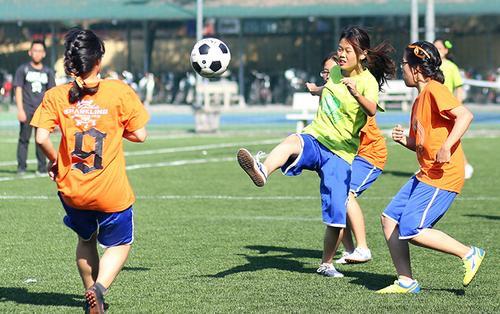 Chuyện chỉ có ở THPT Chu Văn An: Nữ sinh hăng say đá bóng, nam sinh quyết liệt thi nhảy cổ động