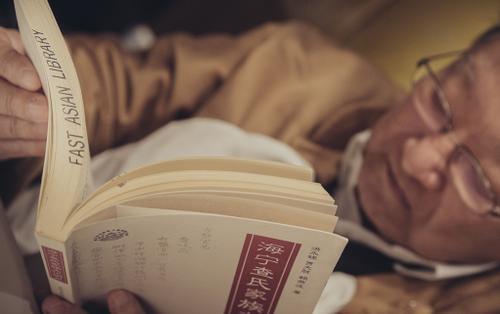 Chuyện ít ai biết về nhà văn Kim Dung: Chỉ yêu thích sách và cực kỳ ghét máy tính!