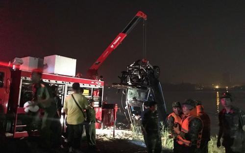 Thông tin bất ngờ vụ ô tô Mercedes lao xuống sông Hồng: Cả hai nạn nhân đều là nữ