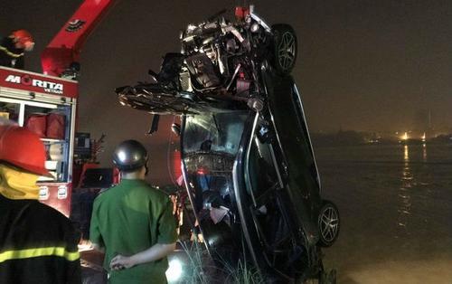 Clip hiện trường xe Mercsdes bất ngờ mất lái đâm bay thành cầu Chương Dương lao xuống sông Hồng