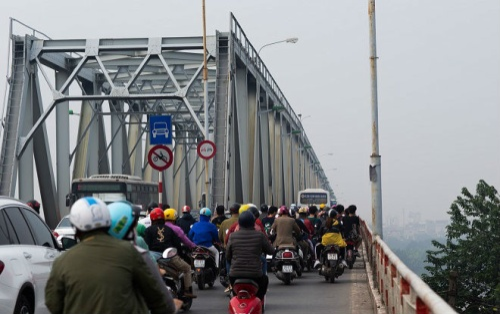 Vụ xe Mercedes lao xuống sông Hồng: Lan can thành cầu quá yếu, chỉ lệch tay lái nhẹ là rơi xuống sông