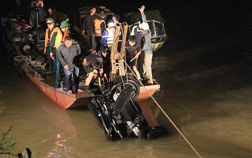 Vụ xe Mercedes lao xuống sông Hồng: Cửa sổ trời của xe mở, không loại trừ khả năng còn có nạn nhân khác