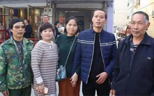 Lang thang khắp nơi suốt 8 năm thất lạc, người đàn ông cuối cùng cũng được đoàn tụ gia đình