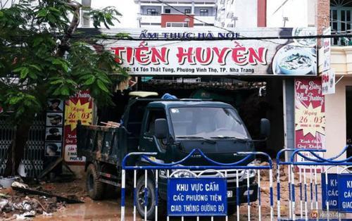 Mưa lũ kinh hoàng ở Nha Trang: Dùng tay đào bới đống đổ nát tìm kiếm thi thể bé trai và người phụ nữ