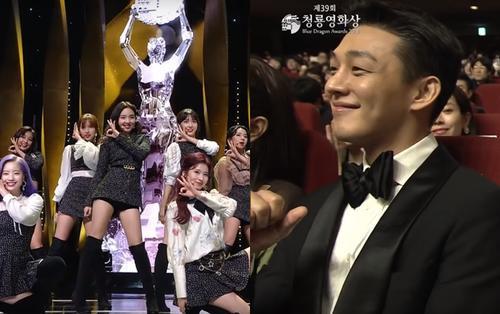 Phản ứng bất ngờ của Yoo Ah In trước màn trình diễn của nhóm TWICE tại Rồng Xanh 2018 khiến cộng đồng mạng yêu mến và ủng hộ