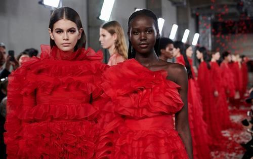 Kaia Gerber nổi bật với vị trí vedette cho show thời trang của Valentino