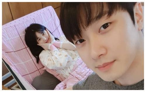 Đôi vợ chồng Idol trẻ MinHwan (FT.Island) và Yulhee cho con ti trên truyền hình