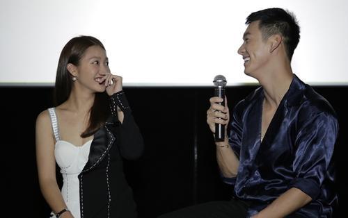 Song Luân - Khả Ngân 'lầy lội' cùng fan cứng trong buổi fanmeeting 'Hậu duệ mặt trời Việt Nam'