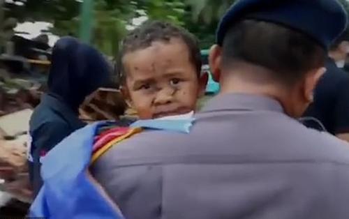 Bé trai 5 tuổi sống sót thần kỳ sau 12 tiếng mắc kẹt do sóng thần ở Indonesia