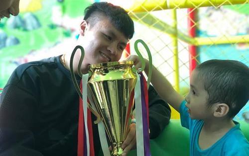 Sau khi nhận Quả bóng vàng, Quang Hải cùng đồng đội giữ đúng lời hứa tặng Cup vàng cho bé 4 tuổi ung thư não