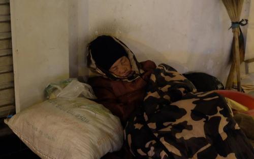 Xót cảnh bà cụ cô độc, hơn 40 năm ngủ vỉa hè trong cái lạnh 9 độ C giữa Hà Nội
