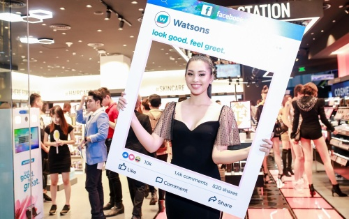 Hoa hậu Tiểu Vy hội ngộ dàn hot face Việt trong sự kiện khai trương Watsons Việt Nam