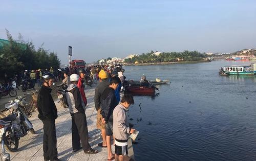 Ô tô lao xuống sông Hoài, 2 vợ chồng và con nhỏ tử vong