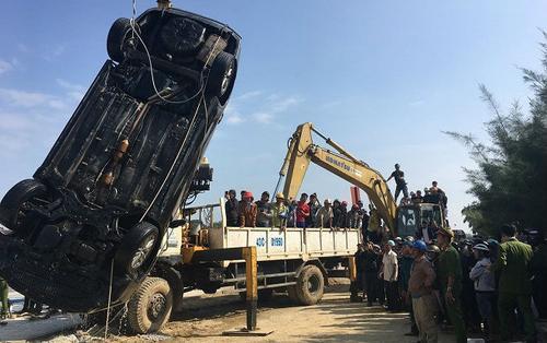 Vụ ô tô lao xuống sông Hoài, 2 vợ chồng và con nhỏ tử vong: Đã tìm thấy thi thể 3 nạn nhân