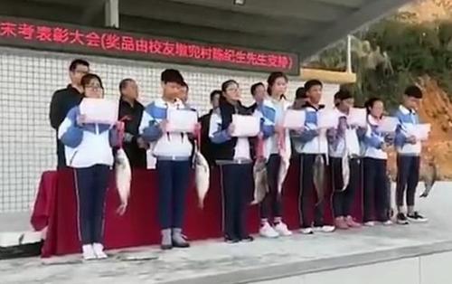 Trường học thưởng học sinh đạt thành tích cao cá sống để về ăn Tết