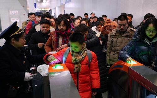 Người dân Trung Quốc ùn ùn kéo nhau về thành phố sau đợt nghỉ Tết