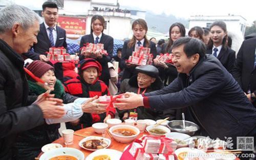 Triệu phú Trung Quốc lì xì đồng hương 1,8 triệu USD, điều trực thăng cho mọi người du xuân