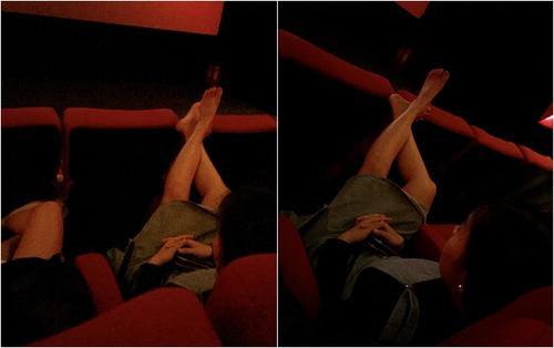 Cô gái mặc váy ngắn, hồn nhiên gác hai chân lên ghế trong rạp phim khiến nhiều người lắc đầu ngán ngẩm