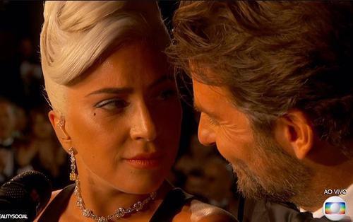 Quấn quýt với trai có bạn gái Bradley Cooper trên sân khấu Oscar, Lady Gaga có đang 'nhập tâm quá đà'?