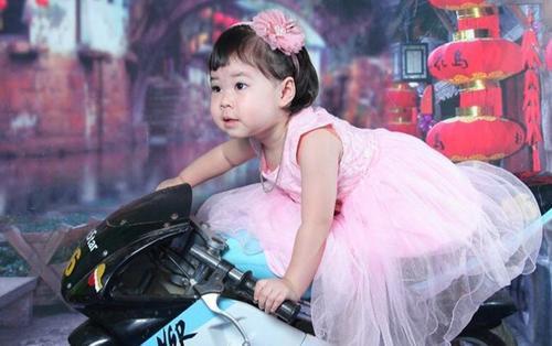 Diện đầm hồng công chúa nhưng lại tạo dáng trên xe moto, cô bé mầm non trông như tay đua chuyên nghiệp khiến dân mạng cười bò