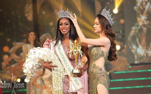 Fan đua nhau 'mổ xẻ' nhan sắc Hương Giang và Tân Miss International Queen