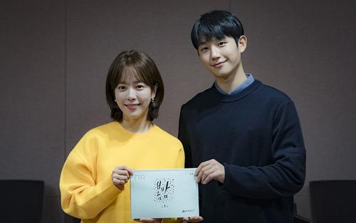 Đọc kịch bản 'Spring Night': Tương tác tình cảm tốt, Han Ji Min - Jung Hae In nhận nhiều lời khen ngợi