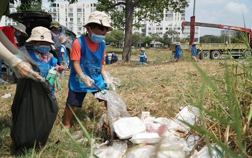 Theo hot trend, trường mầm non cho các bé tham gia thử thách dọn rác dưới trời nắng, mồ hôi nhễ nhại và thiếu bảo hộ gây tranh cãi