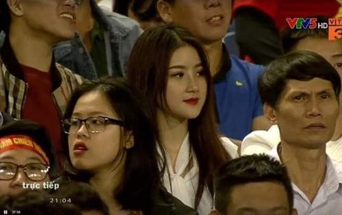 Dân mạng ráo riết truy tìm info cô gái xinh đẹp nổi bần bật khi đi cổ vũ đội tuyển Việt Nam trong trận gặp Thái Lan