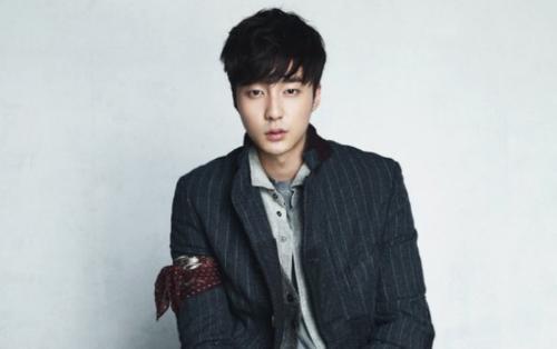 Roy Kim trở nên 'khốn đốn' khi bị netizen Hàn 'tẩy chay' do mắc lỗi 'đồng dâm' cùng Jung Joon Young