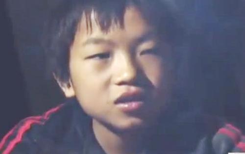 Xúc động cậu bé 14 tuổi sống một mình, ăn rau quả dại mỗi ngày và dùng túi đựng thức ăn cho lợn để làm cặp sách