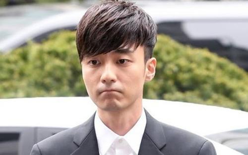 Roy Kim lần đầu xuất hiện trước công chúng, rối rít xin lỗi sau scandal tình dục 'động trời'