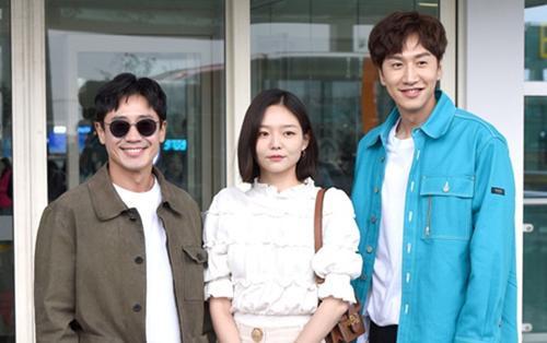 Lee Kwang Soo - Shin Ha Kyun và Esom giản dị tại sân bay, khởi hành đến Việt Nam