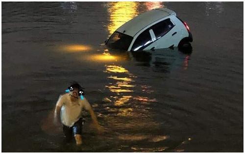 Xe ô tô lao xuống hồ Linh Đàm trong đêm, tài xế hốt hoảng đẩy cửa chạy thoát thân