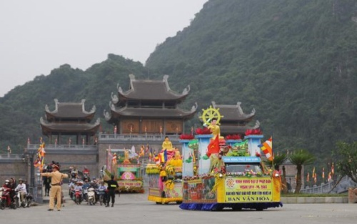 Ảnh: Hơn 400 xe hoa rước tượng Phật chào đón đại lễ Vesak 2019