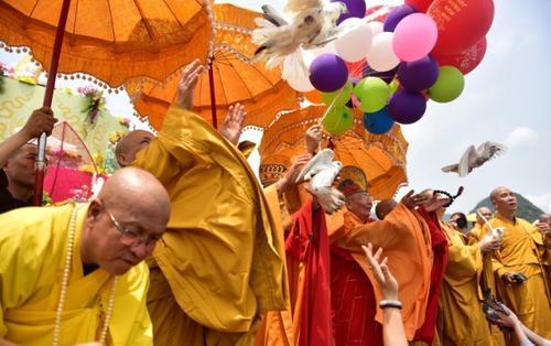 Cận cảnh lễ tắm phật, thả chim bồ câu trong ngày Đại lễ Phật đản Vesak 2019