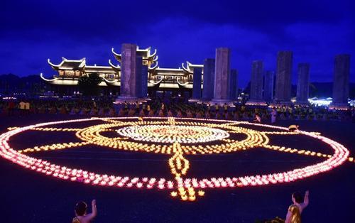 Thắp sáng 65.000 ngọn nến cầu nguyện thế giới hoà bình trong đêm hội Vesak ở ngôi chùa lớn nhất thế giới