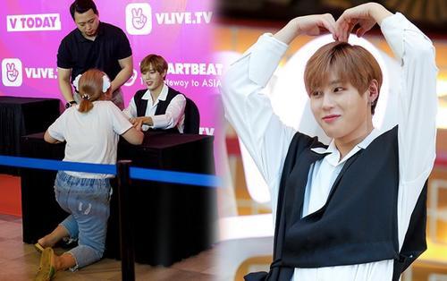 Fansign của Ha SungWoon và KARD tại Việt Nam: Fan không kìm được cảm xúc, khóc đến quỳ sụp khi được gặp thần tượng