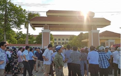 Một thí sinh Quảng Bình chạy đến trường quỳ gối khóc nức nở vì không biết lịch thi lại môn Văn