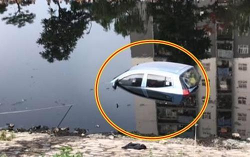 Tài xế quên không cài phanh, ô tô 4 chỗ bất ngờ lao xuống sông Tô Lịch