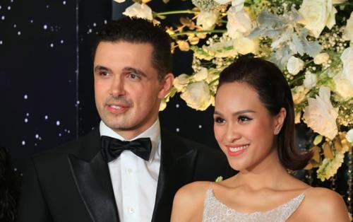 Phương Mai 'diện' váy cưới gợi cảm hết cỡ sánh đôi chồng Tây trong hôn lễ