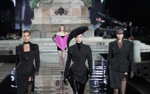 Siêu mẫu Irina Shayk tái xuất sàn catwalk sau khi chia tay tài tử Bradley Cooper