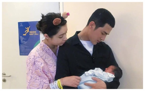 Mỹ nhân 'Hàm Hương Tân Cương' Mạch Địch Na và nam thần Khương Triều khoe ảnh con trai đầu lòng