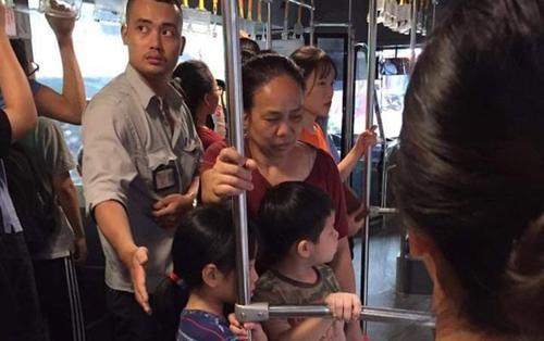 Hành động 'soái ca' của anh phụ xe khi 3 bà cháu xuống xe buýt được cộng động mạng hết lời khen ngợi