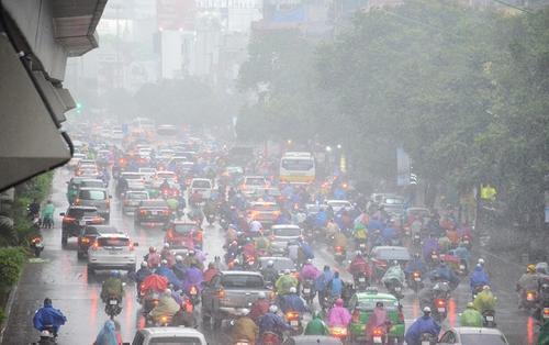 Hà Nội vừa trải qua trận 'cuồng phong' do ảnh hưởng của bão số 2, nhiều người đi đường một phen hú vía