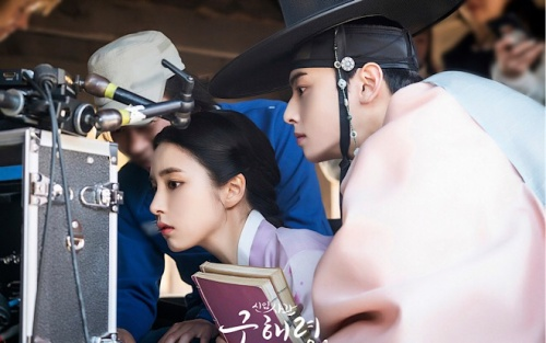 'Rookie Historian Goo Hae Ryung': Hậu trường xinh hơn hoa của Shin Se Kyung và Cha Eun Woo