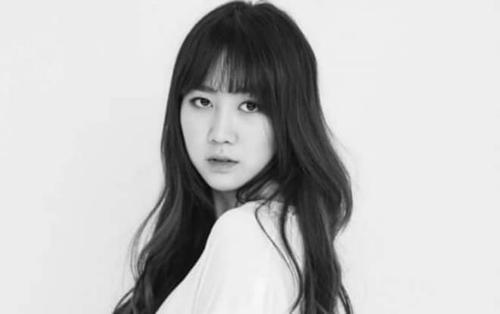 Nữ idol Kpop phát cáu khi người hâm mộ liên tục nhắn tin cho cô để… vòi tiền mua điện thoại mới