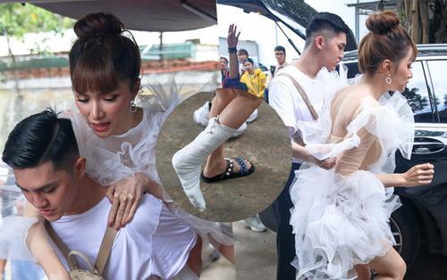Hương Giang nhảy lò cò đến ghi hình The Voice Kids vì gãy xương chân