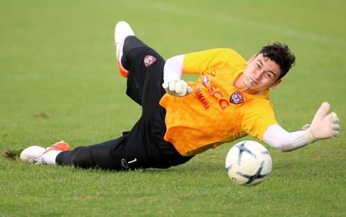Văn Lâm toả sáng giúp Muangthong giành trọn 3 điểm